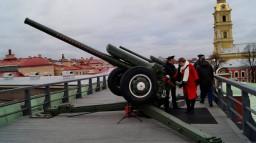 Полуденный выстрел сигнального орудия с Нарышкина бастиона Петропавловской крепости в честь 100-летия школы.