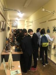 Учащиеся 8 а на выставке работ Марии Косьяненко и Романа Шустрова в школьном музее