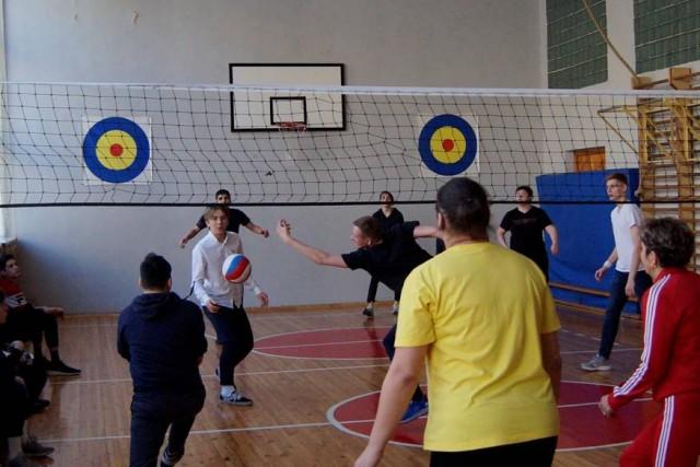 Товарищеский матч по волейболу учителей и учеников старших классов